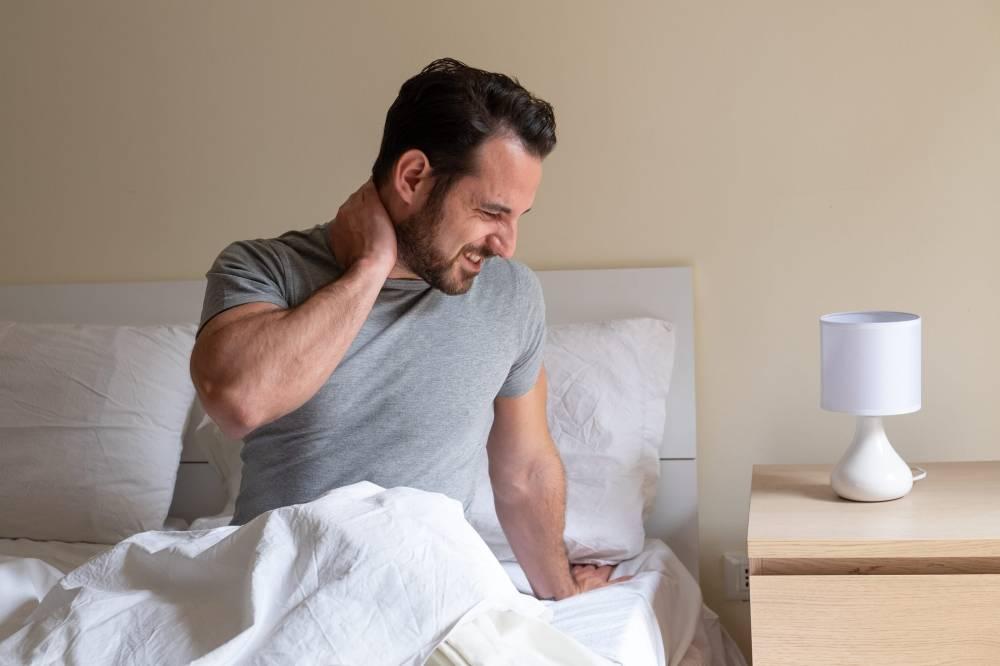 Bayangkan bila anda bangun sahaja tidur, sakit leher menyerang bagai nak gila. Mahu toleh ke kiri atau kanan pun sukar dilakukan kerana rasa sakit yang amat.