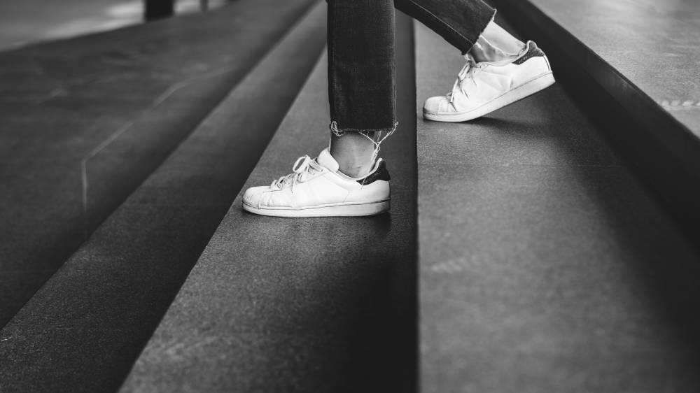 padanan sneakers putih