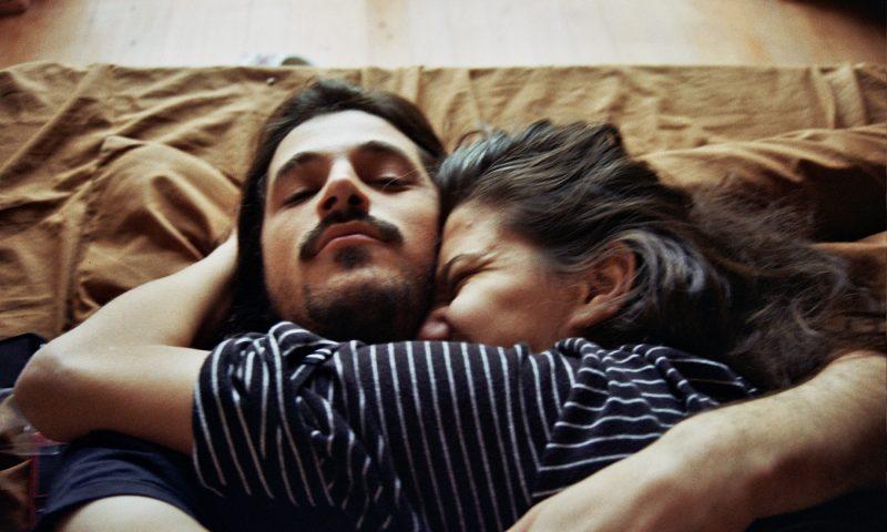 9 Manfaat Suami Isteri Tidur Berpelukan Setiap Malam Rugi Tak Amalkan Maskulin